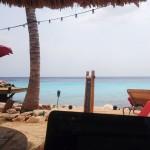 werken op het strand op Curacao